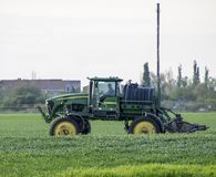 Tracteur avec un dispositif de jet pour l'engrais finement dispersé Tra Photos libres de droits
