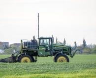 Tracteur avec un dispositif de jet pour l'engrais finement dispersé Tra Image libre de droits