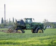 Tracteur avec un dispositif de jet pour l'engrais finement dispersé Tra Photos stock