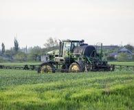 Tracteur avec un dispositif de jet pour l'engrais finement dispersé Tra Images stock