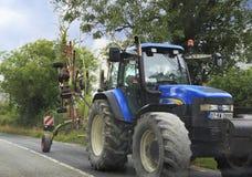 Tracteur avec un dispositif pour la moisson Image stock