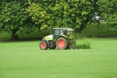 Tracteur avec une herbe de coupe de faucheuse image stock