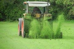 Tracteur avec une herbe de coupe de faucheuse images libres de droits