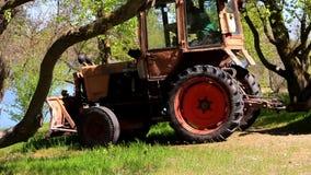 Tracteur avec une remorque banque de vidéos