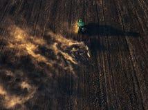 Tracteur cultivant le champ à l'automne Image libre de droits
