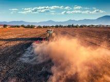 Tracteur cultivant le champ à l'automne Photo libre de droits