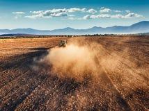 Tracteur cultivant le champ à l'automne Photographie stock libre de droits