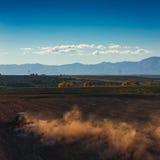 Tracteur cultivant le champ à l'automne Photographie stock