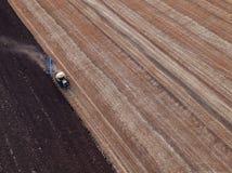 Tracteur cultivant le champ à l'automne images stock