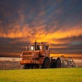 Tracteur cultivant le champ images stock