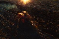 Tracteur cultivant le champ au ressort, vue aérienne photo stock