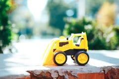 Tracteur d'excavatrice de jaune de jouet du ` s d'enfants Plan rapproché photographie stock libre de droits