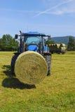 Tracteur dans le domaine Photographie stock libre de droits