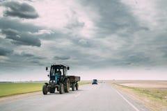 Tracteur dans le mouvement sur la route de campagne Voitures de mouvement sur l'autoroute en Europe Images libres de droits