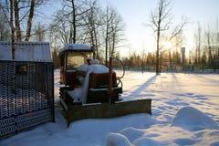 Tracteur dans le parking couvert de neige Photo stock