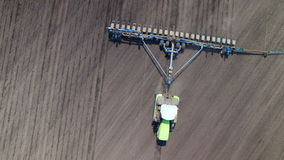 Tracteur dans le tournesol de truie de champ clips vidéos