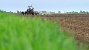 Tracteur dans un domaine de l'encemencement de maïs banque de vidéos