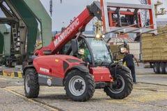 Tracteur de chariot élévateur d'entraînement à quatre roues de Manitou Maniscopic Dérouleur télescopique photo libre de droits