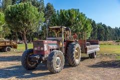 Tracteur de ferme avec la remorque dans la campagne photos stock