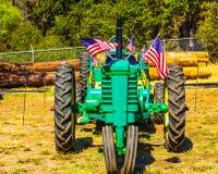Tracteur de ferme avec les drapeaux américains à la petite foire régionale Photographie stock