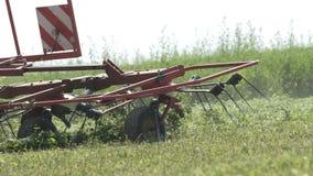 Tracteur de ferme se déplaçant sur le champ agricole pour moissonner la terre Machines agricoles sur moissonner le champ clips vidéos