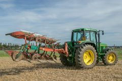 Tracteur de John Deere de vintage tirant une charrue Photos libres de droits