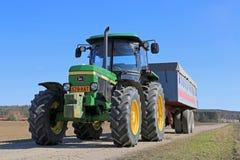 Tracteur de John Deere 2850 et remorque agricole Photographie stock libre de droits