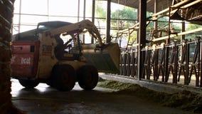 Tracteur de mouvement lent avec l'ascenseur hydraulique pour les balles de transport de foin et d'ensilage banque de vidéos