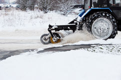 Tracteur de neige en hiver Élimination avec une brosse ronde Images stock
