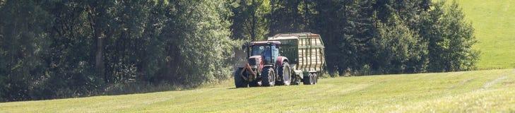 Tracteur de récolte de foin Images stock