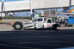 Tracteur de recul pour le bagage mobile à l'aéroport international d'Antalya - juillet 2017 Images stock