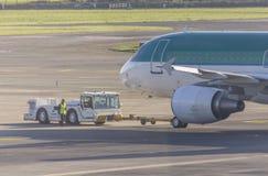 Tracteur de recul sur Dublin Airport, Irlande, 2015 Photos libres de droits