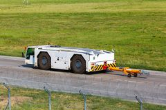 Tracteur de traction subite d'aéroport Photos libres de droits