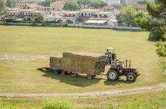 Tracteur de transpor d'attache de récolte de foin Images stock