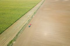 Tracteur de vue aérienne préparant le roulement de champ, paysage de tracteur d'agriculture image libre de droits