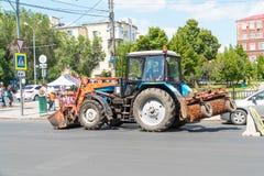 Tracteur du service municipal sur la rue de ville images libres de droits