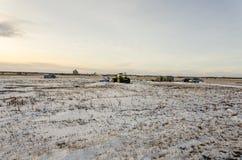 Tracteur et d'autres machines agricoles dans le fie couvert de neige photographie stock libre de droits