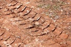 Tracteur, excavatrice, voiture, voies des véhicules à moteur de pneu sur la traînée boueuse La boue et la roue tracent sur la rou Photo libre de droits