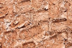 Tracteur, excavatrice, voiture, voies des véhicules à moteur de pneu sur la traînée boueuse La boue et la roue tracent sur la rou Images stock