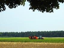 Tracteur fonctionnant dans le domaine de pomme de terre, Lithuanie Photos stock