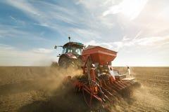 Tracteur labourant les champs - préparer la terre pour semer en automne Photo stock