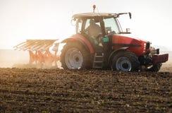 Tracteur labourant les champs - préparer la terre pour semer en automne Photos libres de droits
