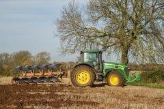 Tracteur moderne de John Deere tirant une charrue Photos libres de droits