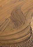 Tracteur nettoyé de sable sur la plage Photo stock