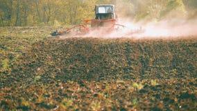 Tracteur préparant la terre avec le cultivateur de semis en tant qu'élément des activités pré de ensemencement des travaux agrico clips vidéos