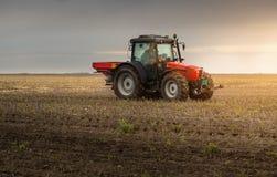 Tracteur répandant les engrais artificiels Photographie stock libre de droits