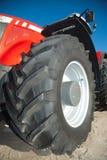 Tracteur rouge contre le ciel bleu clair Photographie stock