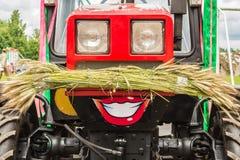 Tracteur rouge drôle à un festival de récolte Photographie stock