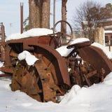 Tracteur rouillé dans la neige Photographie stock