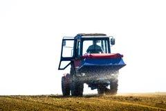 Tracteur stérilisant un champ au printemps photo libre de droits